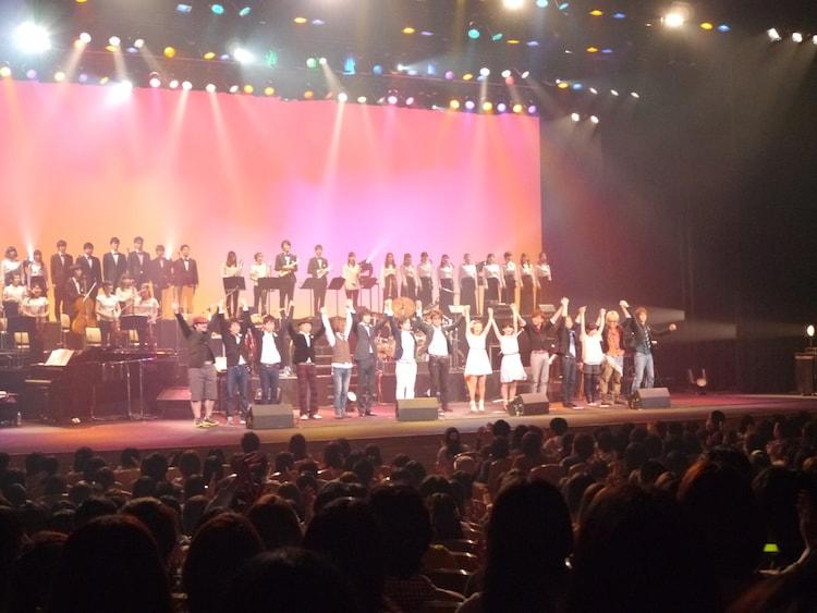 5月11日に兵庫・神戸文化ホール 大ホールで開催された、40mP監修ライブ「虹色オーケストラ」の模様。