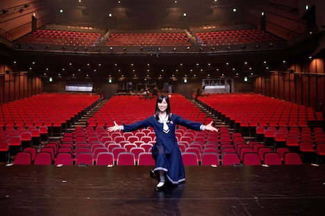 赤坂ACTシアターの客席を背に、舞台で記念撮影をする生田絵梨花。