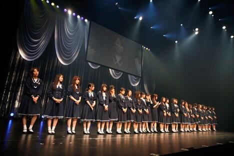 「16人のプリンシパル deux」ミニライブより、MC中の乃木坂46。