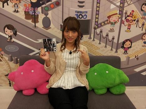 JKT48のシングルを手にした高城亜樹。