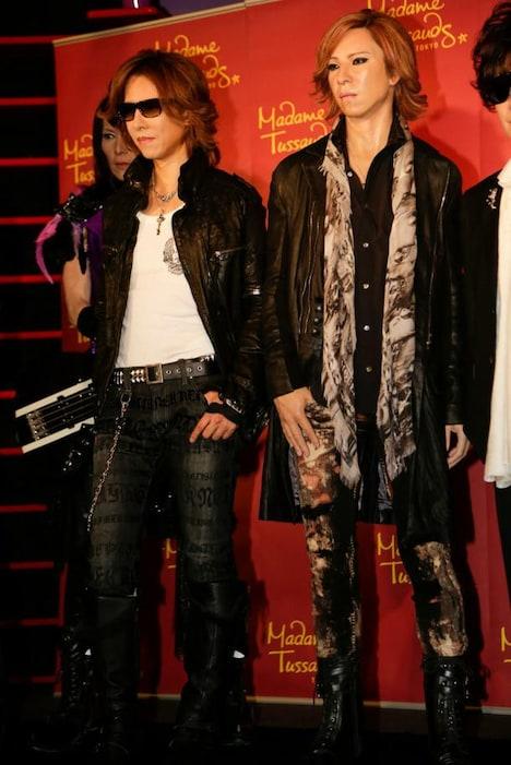 YOSHIKI(Dr, P)と彼の等身大フィギュア。