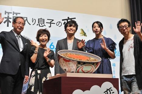 吉野家特製の巨大牛丼を囲む登壇者たち。