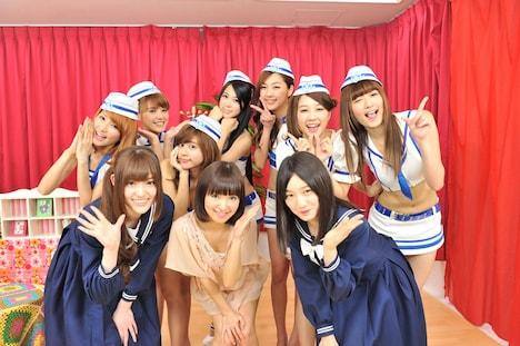 番組終了後、記念撮影をする松村沙友理、中田花奈、松下唯、ウェザーガールズ。