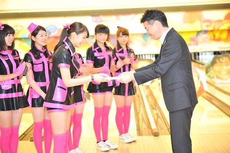 「ボウリングの日」キャンペーンPR応援団長の認定証を受け取る和田彩花。