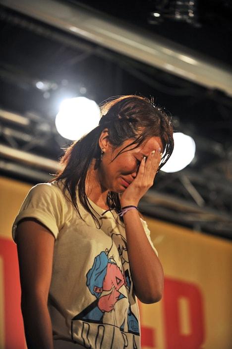 こらえきれず涙を流すerika。