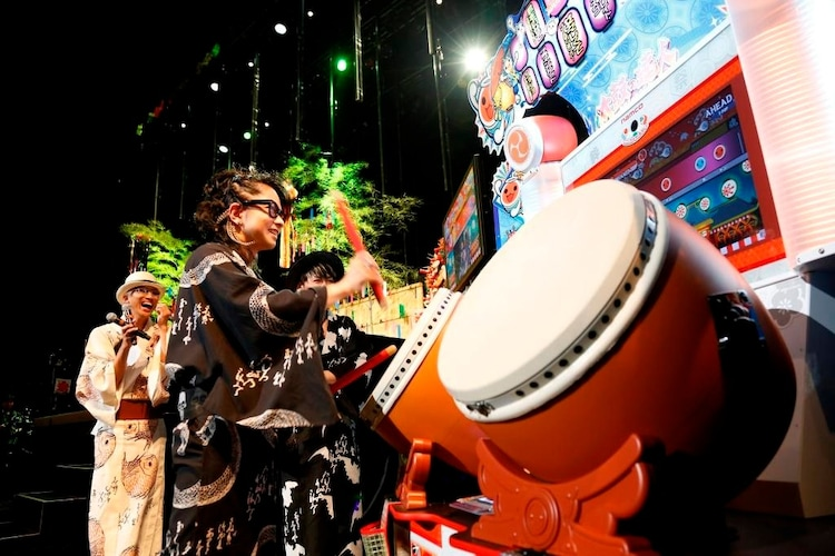 「太鼓の達人」をプレイするHYDE。(撮影:田中和子)