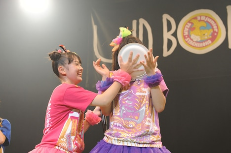 顔面でケーキを受け止める大黒柚姫(写真右)。