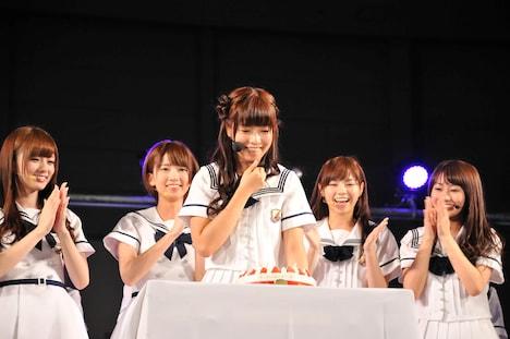 サプライズのバースデーケーキを前に喜びを隠し切れない斉藤優里(中央)。
