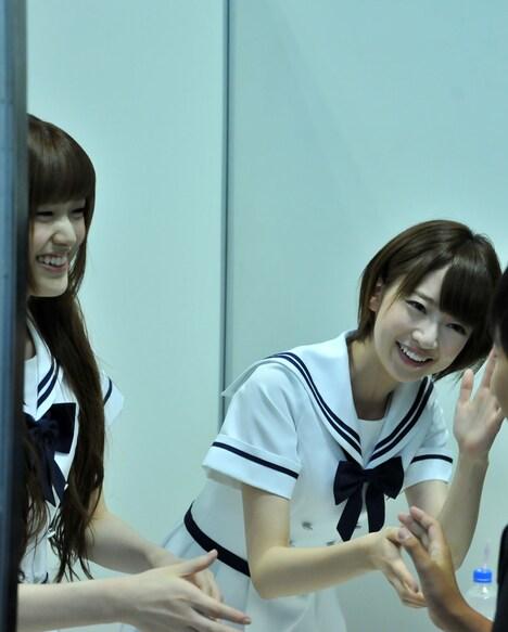 握手会の様子。左から松村沙友理、橋本奈々未。