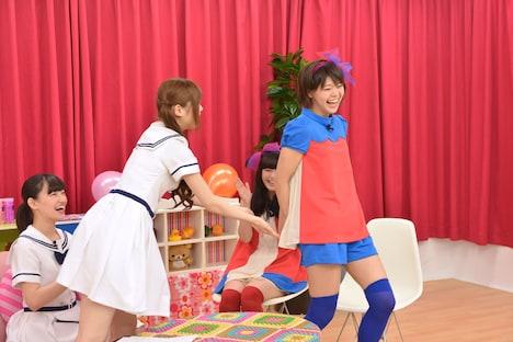Meguのお尻を触る松村沙友理。