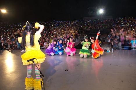 アンコールの「マジ感謝」で伊藤千由李が観客をバックに、メンバーの集合写真を撮影するシーン。