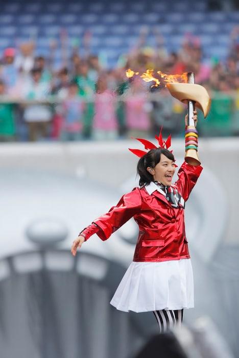 聖火を運ぶ百田夏菜子。(撮影:上飯坂一+Z)