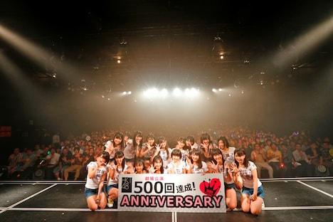 HKT48劇場500回公演の記念写真。(c)AKS