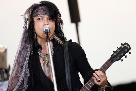 VAMPS「BEAST PARTY」8月11日公演より、ギターを抱え熱演するHYDE(Vo, G)。(撮影:田中和子、岡田貴之)