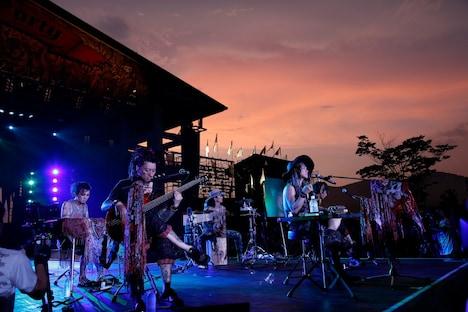 VAMPS「BEAST PARTY」8月11日公演でのアコースティックセッションの様子。(撮影:田中和子、岡田貴之)