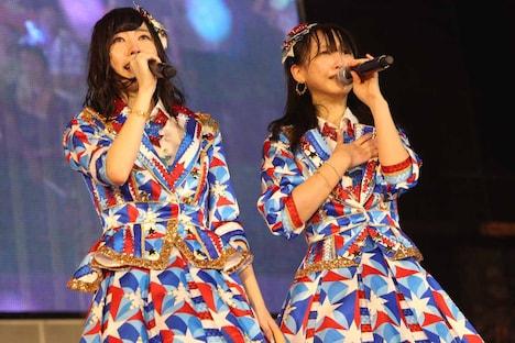 単独コンサート開催の発表に涙を流す松井珠理奈、松井玲奈(左から)。 (c)AKS