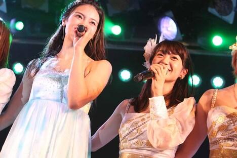 左から秋元才加、大島優子 (c)AKS