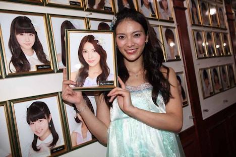 劇場に掛けられた自身の壁写真を外す秋元才加。 (c)AKS