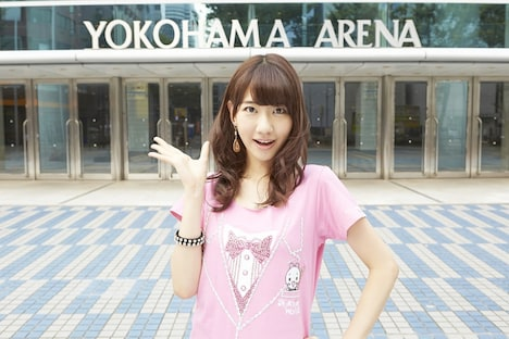 横浜アリーナの前でポーズを決める柏木由紀。