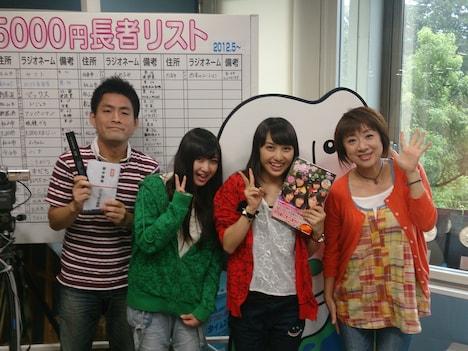 南海放送「うぃず」出演時の南ルート組。写真左からはい岡田、有安杏果、百田夏菜子、寺尾英子。