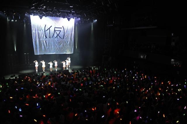 「アップアップガールズ(仮)1stライブハウスツアーアプガ第二章(仮)開戦 ~横浜リベンジ決戦~」のライブの模様。