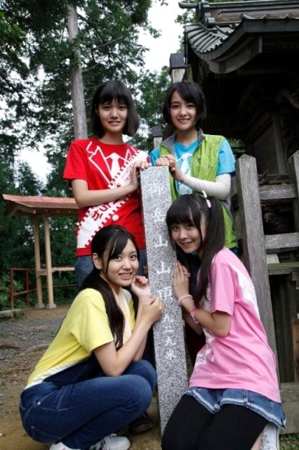 乙女新党と御岳山山頂の標柱。