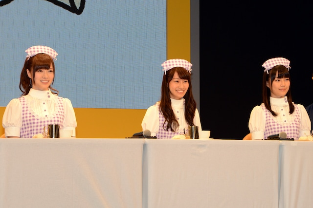 ラテアートの腕前を披露する白石麻衣、桜井玲香、生田絵梨花。