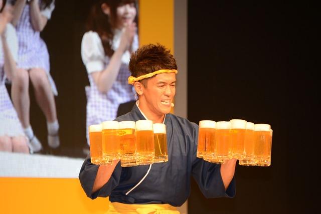 ビールジョッキ18杯を一度に持ち上げる武井壮。