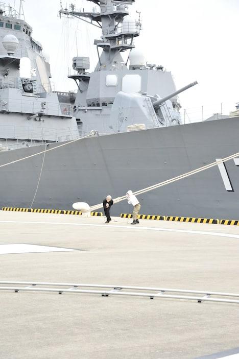 イージス艦「きりしま」の前でPV撮影を行うナノとHiro。