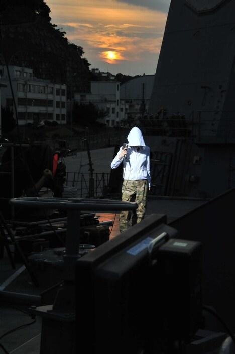 イージス艦「きりしま」艦上でPV撮影を行うナノ。
