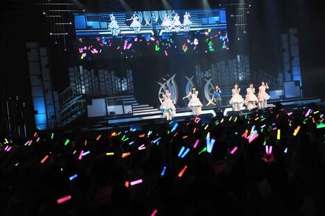 ℃-uteと森高千里による「この街」歌唱の様子。