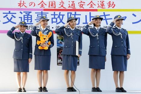 警視庁主催「二輪車交通事故防止キャンペーン」のイベントで敬礼するももいろクローバーZ。
