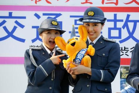 ピーポくんを受け取った有安杏果、佐々木彩夏(左から)。