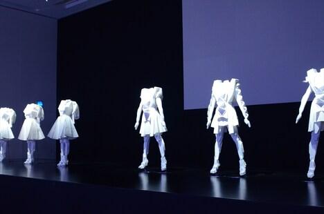 「Perfume WORLD TOUR 2nd intro」コーナーに展示されている衣装。