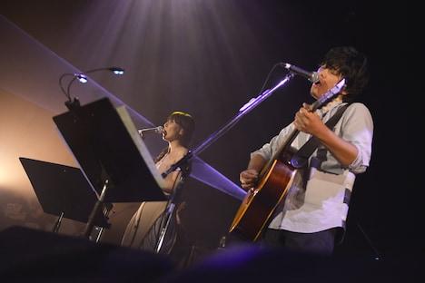 土岐麻子(左)と秦基博(右)のデュエットシーン。