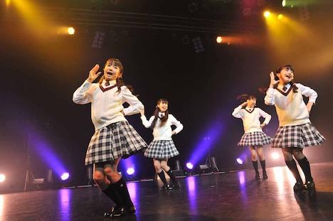 菊地最愛、田口華、野津友那乃、水野由結による「プリンセス☆アラモード」の様子。