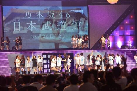 日本武道館公演が発表された直後のステージの様子。