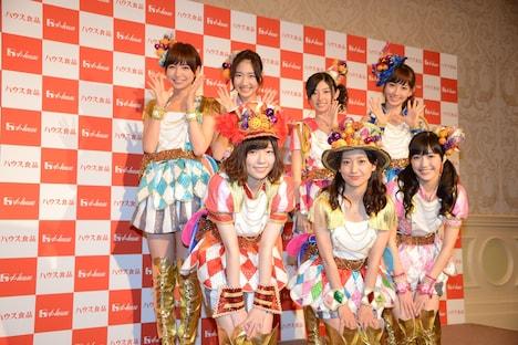 フォトセッションに応じる選抜の7人。左上から時計回りに篠田麻里子、柏木由紀、武藤十夢、小嶋陽菜、渡辺麻友、大島優子、島崎遥香。