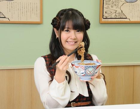 牛肉をつまんで満面の笑みを浮かべる竹達彩奈。