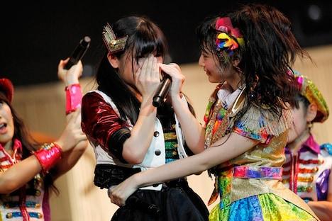 チームKII昇格のサプライズ発表に涙する山田みずほ(手前左)。 (c)AKS