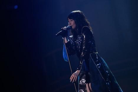 「Blue rose」を歌唱する松井珠理奈。 (c)AKS