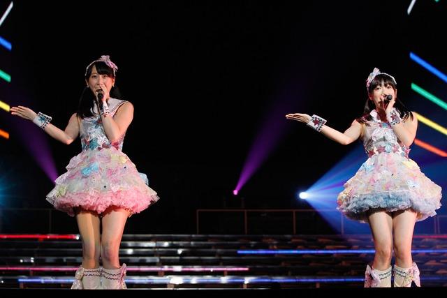 「わがままな流れ星」を披露する松井玲奈、山田みずほ(左から)。 (c)AKS