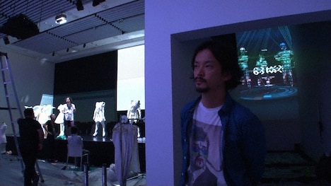 「ライゾマティクス inspired by Perfume」でインタビューに答える真鍋大度。 (c)MBS・TBS