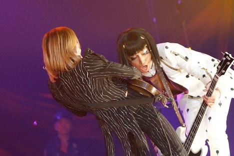 HALLOWEEN JUNKY ORCHESTRAのセッションで向かい合わせでプレイするROLLYと明希。(撮影:緒車寿一、田中和子)