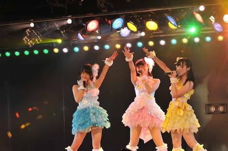 北澤早紀、小嶋真子、篠崎彩奈によるユニット曲「ウィンブルドンへ連れて行って」の様子。