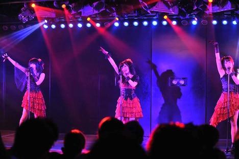 岡田彩花、岡田奈々、高島祐利奈によるユニット曲「雨のピアニスト」の様子。