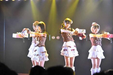 内山奈月、村山彩希、前田美月、橋本曜によるユニット曲「チョコの行方」の様子。