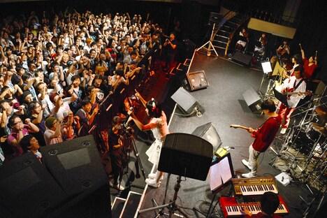 飼い主ですし詰めの東京キネマ倶楽部。ステージ上も9人の奏者でいっぱいだ。