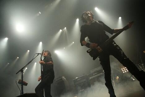 ライブイベント「THE ROCK FACTORY」でパフォーマンスを披露するBOOM BOOM SATELLITES。