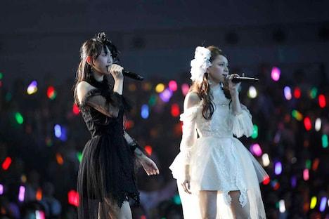松井玲奈、木下有紀子による「眼差しサヨナラ」歌唱の様子。 (c)AKS
